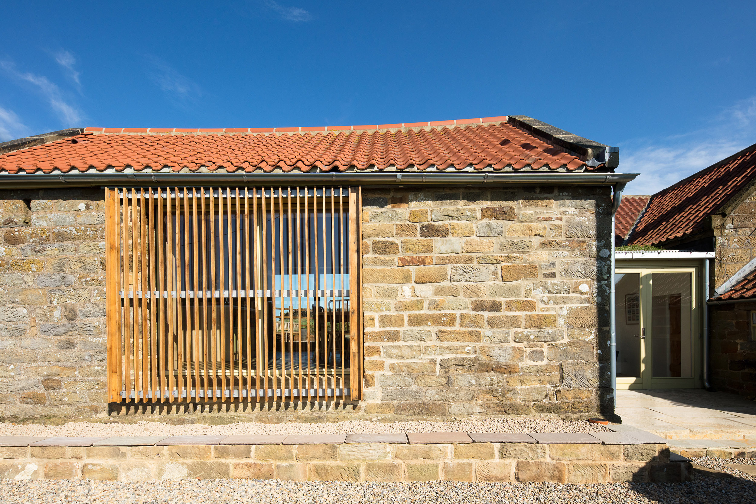 harper-perry-architects-housing-barn-westerdale-north-yorkshire-sliding-screen-closed